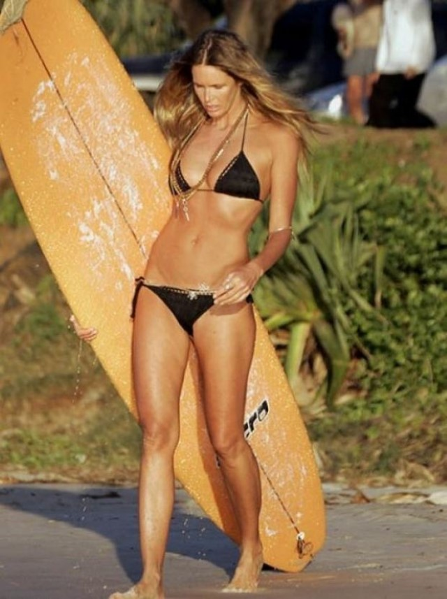 girl-surfers-10